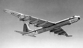 Un Convair B-36 Peacemaker in volo.