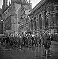 De kisten worden over de Markt in Haarlem gedragen door militairen, Bestanddeelnr 255-9131.jpg