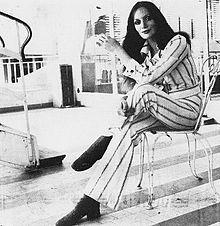 Una donna seduta con le gambe accavallate
