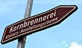 Diese Hinweistafel in der Schulenburger Landstraße, Hannover-Hainholz, weist zu Ateliers und Ausstellungsräumen der KORNBRENNEREI in der Bertramstraße, wurde aber wohl beschädigt.jpg