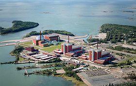 Fotomontage des im Bau befindlichen EPR (links im Bild) des Kernkraftwerks Olkiluoto, rechts zwei ASEA BWR 75