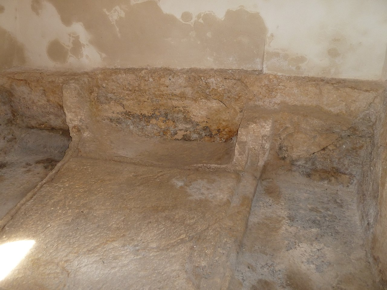 file:east jerusalem - the garden tomb - interior of the tomb