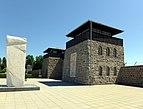 Eingangsgebäude KZ Mauthausen 2014.jpg