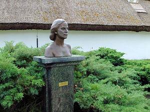 Women in Estonia - The 1954 bust of Ellen Niit, a female Estonian literary writer born in 1928. The bust was sculpted by Erna Viitol (1920–2001).