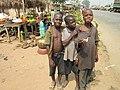 Enfants vendeurs route Toumodi Abidjan.JPG