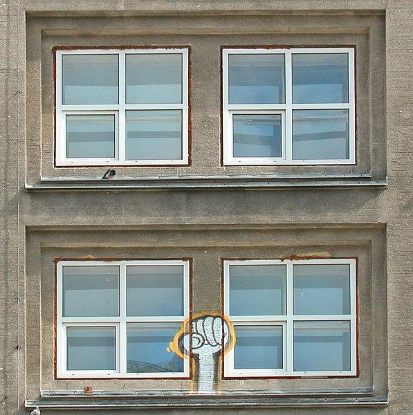 File:Fenêtres de l'Alexanderhaus de Peter Behrens (Alexanderplatz, Berlin) (8730003146).jpg