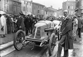 Alda (automobile) - Fernand Charron at the 1914 French Grand Prix standing next to the Alda built by Charron, Girardot et Voigt