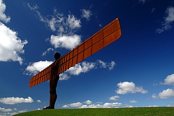 Angel of the North, sculpture monumentale conçue en 1994 par le sculpteur britannique Antony Gormley et dressée au sud de Newcastle en Angleterre. (définition réelle 3 474 × 2 314)