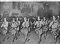 Foto van een foto me jongens met trommels bij een parade, Bestanddeelnr 254-3690.jpg