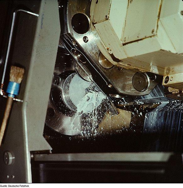 File:Fotothek df n-20 0000157 Zerspannungsfacharbeiter.jpg