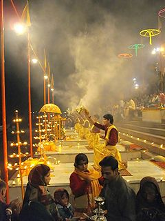 Ganga Aarti bei Varanasi ghats.jpg