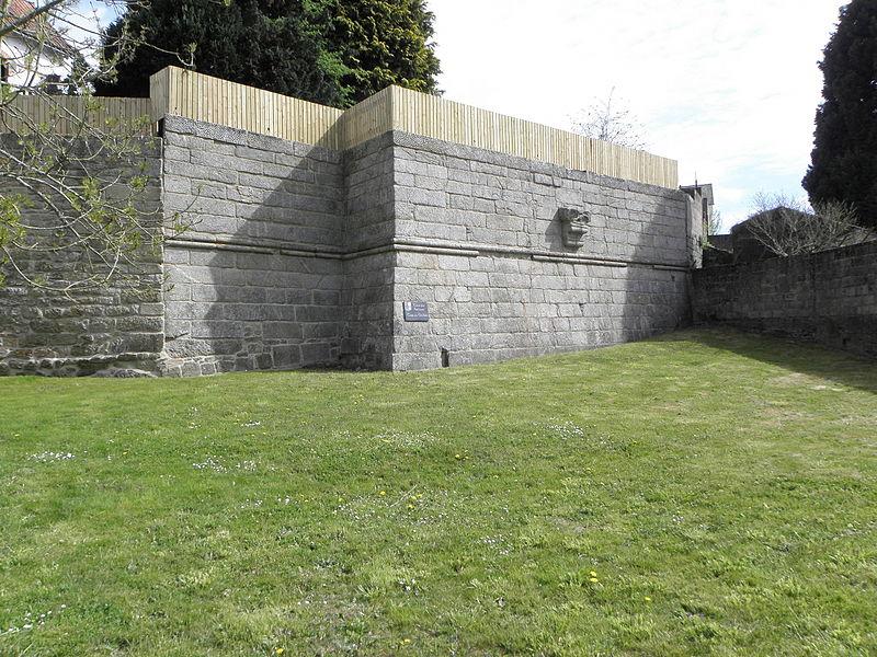 Château de Guémené-sur-Scorff (56). Mur de soutènement des Archives.