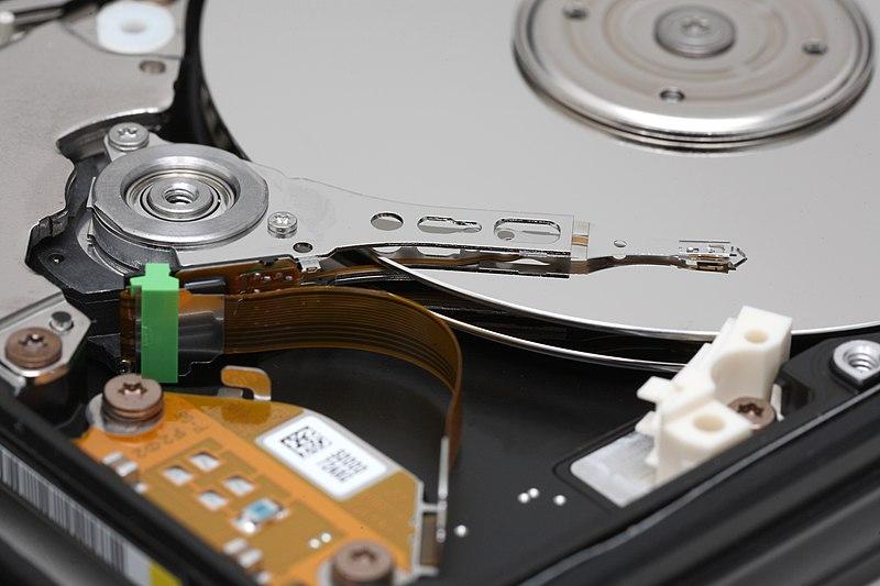Interior de un disco duro, donde pueden verse los platos y el cabezal del disco.