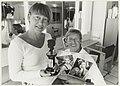 Hennie Smit en Rob Peetoom met de winnende foto's en de bokaal behorende bij de persprijs van de Coiffure Award 1992. NL-HlmNHA 54032087.JPG