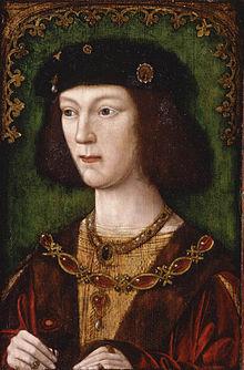 Portrait d'un jeune homme aux traits fins et aux cheveux noirs mi-longs. Il porte une coiffe noire et une veste en velours sur une tunique brodée de dorures