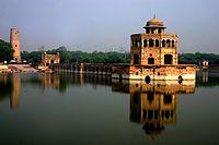 Hiran Minar- monument to Mansraj.jpg