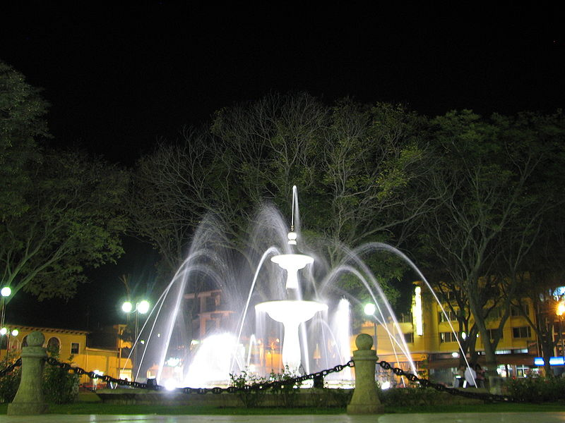 Fișier:Huánuco Plaza Fountain by Night.jpg