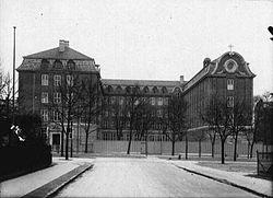 Den nyopførte skole i 1924