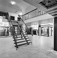 Interieur, overzicht winkelgalerij, winkelruimte, trap naar eerste verdieping - Heerlen - 20001047 - RCE.jpg
