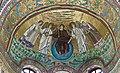Italie, Ravenne, basilique San Vitale, mosaïque du Rédempteur entouré de deux anges et de saint Vital à gauche et de l'évêque Ecclesius à droite (48087118767).jpg
