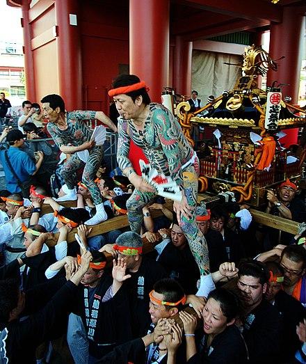 ヤクザは、多くの場合、三社祭などの地元のお祭りに参加し、精巧なタトゥーを誇らしげに誇らしげに通りを神社に通します。