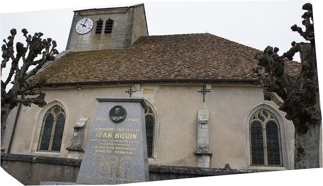 Vue de la stèle à Jean Bouin qui se trouve devant l'église de Bouconville.