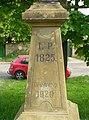 Kříž na návsi v Dušníkách (Q78788458) 01.jpg
