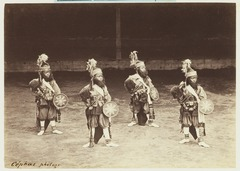 KITLV 3909 - Kassian Céphas - Young dancers patih Yogyakarta perform a dance called Beksan Ketek with Soebali and Soegriwa - Around 1885.tif