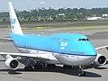 KLM Asia Boeing 747 PH-BFF rijdt richting de gate.jpg