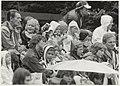 Kinderen genieten, ondanks de regen, van Horlepiep in het Openluchttheater. NL-HlmNHA 54015745.JPG