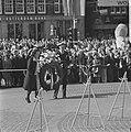 Koningin Juliana en prins Bernhard leggen een krans op Dam tijdens de plechtighe, Bestanddeelnr 926-3888.jpg