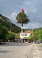 L'albero che viene innalzato per il 1° maggio a Bagnoli della Rosandra, in provincia di Trieste.jpg