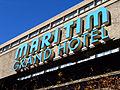 Maritim Grand Hotel Hannover, Schriftzug an der Beton-Pergola des 1963-65 rund 100m langen Hochhausriegels der Frankfurter Architekten Apel, Beckert, Ing. Becker.jpg