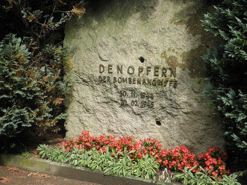 File:Meuselwitz Bombenopfer Denkmal.JPG