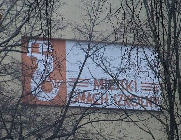 > Sirène sur une école de Varsovie.
