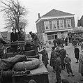 Minister Attlee (man in zwarte pak zittend in de DUKW) in Serooskerke, kruising, Bestanddeelnr 900-2355.jpg