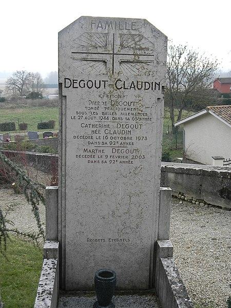 Pierre tombale de Pierre Degout, tombé tragiquement sous les balles allemandes le 27 août 1944, dans sa 65ème année.