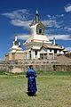 Mongołka w pobliżu Złotej Stupy w klasztorze Erdene Dzuu 01.jpg