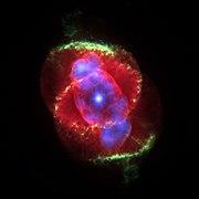 La nebulosa Ojo de gato es una nebulosa planetaria que se formó tras la muerte de una estrella de masa similar a la del Sol. El punto luminoso en el centro señala la ubicación del remanente estelar.