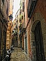 Narrow street in the Barri Gothic, Barcelona - panoramio.jpg