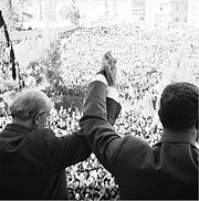 Shukrī al-Quwwatlī (a sinistra) con Nasser davanti alla folla a Damasco dopo la proclamazione della RAU, 1958