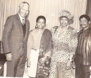 Winnie Madikizela-Mandela - Winnie Mandela with Nelson Mandela, Alberto Chissano and his daughter Cidalia in Museu Galeria Chissano, Mozambique, 1990