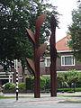 Nijmegen - Sculptuur 'Poort van Triomf' van Huub Kortekaas bij de kruising van de Sint Annastraat en de Erasmuslaan.jpg