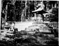 Offrandes devant une pagode, Asie (6509905265).jpg