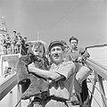 Ontschepen van emigranten (oliem) uit Bulgarije van het transportschip Bulgaria , Bestanddeelnr 255-1144.jpg
