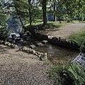 Overzicht van cascade in het park met stapstenen - Rozendaal - 20424384 - RCE.jpg