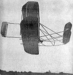 Paul Tissandier le 25 mai 1909 sur Wright Model A, sur les landes de Pont-Long près de Pau (RM).jpg