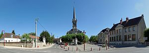 Place de l'Église de Longchamp (Côte-d'Or) 01.jpg