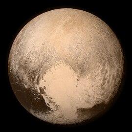 Image en couleurs quasi-réelles de Pluton. La photographie a été prise par la sonde New Horizons le 13 juillet 2015.