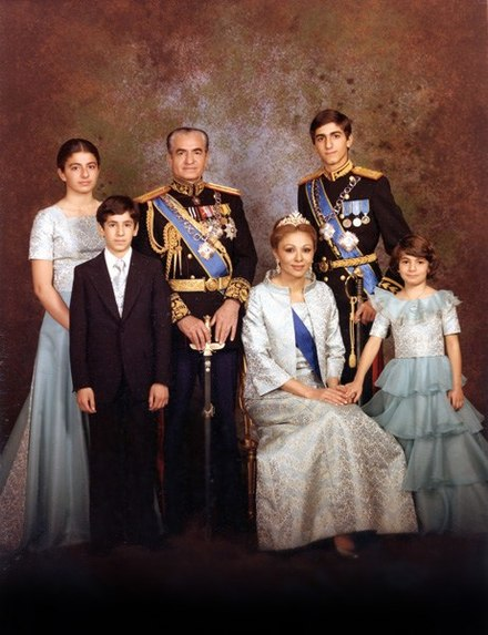 Farah with her family in 1978 Portrait officiel de la famille impériale d'Iran (1978).jpg